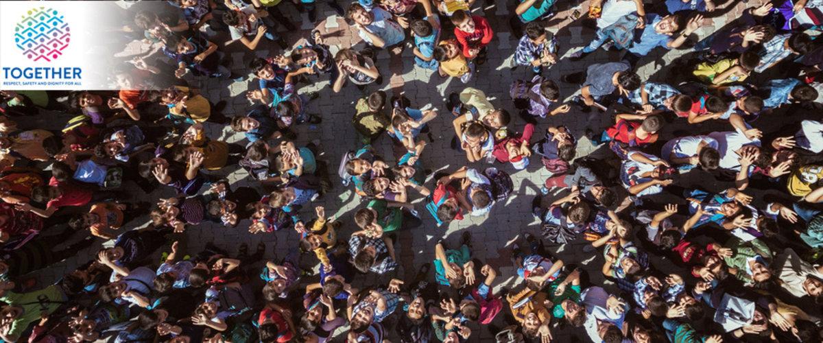 Los niños sirios refugiados se preparan para la escuela en Hatay, Turquía.
