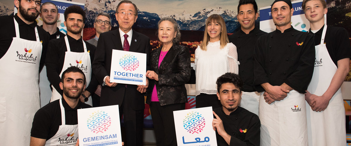Le Secrétaire général de l'Organisation des Nations Unies visite un restaurant tenu par une équipe de réfugiés et d'Autrichiens