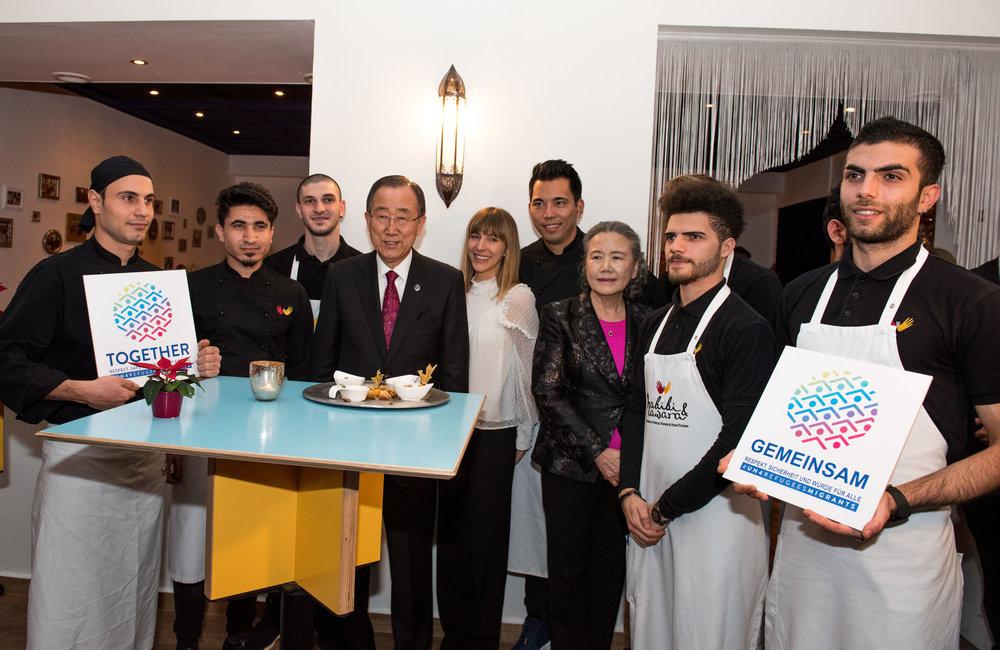 Le Secrétaire général, M. Ban Ki-moon, avec les employés de Habibi & Hawara, un restaurant de Vienne géré par des réfugiés.