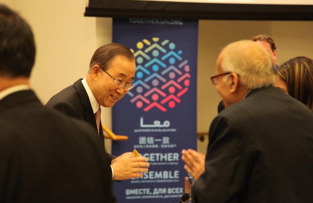 Le Secrétaire général de l'Organisation des Nations Unies, M. Ban Ki-moon, intervenant au sujet de l'initiative ENSEMBLE pendant la manifestation sur le thème « Vivre dans un monde qui se rétrécit – Partager ensemble notre avenir! »